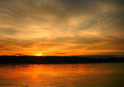 Stimmungsvoll: Ein Sonnenuntergang am Rio Putumayo. (Foto Javier Gonzalez Frankyaz)
