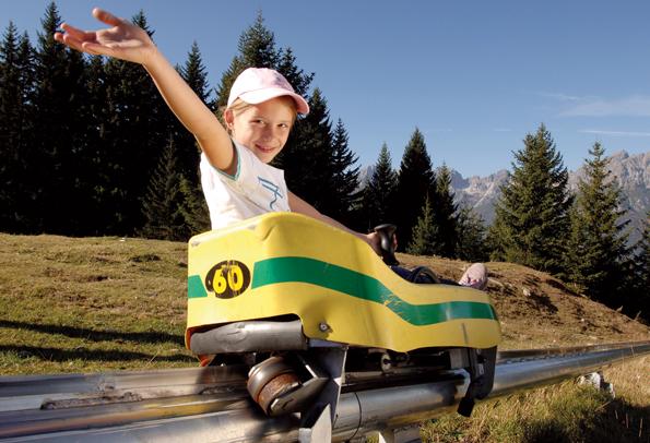 Die Miederer Sommerrodelbahn gilt als die steilste in den Alpen. Hier lässt sich auf 42 Stundenkilometer beschleunigen. (Foto: Serlesbahnen Mieders)