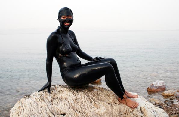 Ein Hauch von Meerjungfrau: Badenixe am Toten Meer. (Foto: Karsten-Thilo Raab)