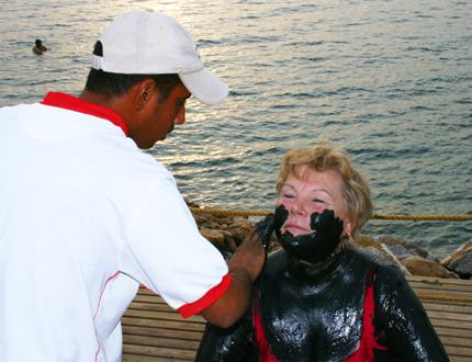 Die Schlammpackung müssen Gäste am Toten Meer noch nicht einmal selber aufttragen. (Foto: Karsten-Thilo Raab)