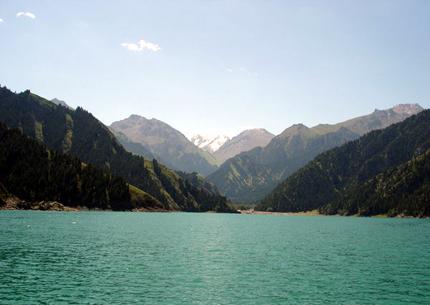 FFast doppelt so groß wie die Alpen: das Tianshan-Gebirge in Xinjiang im Norwesten von China. (Foto: Xinhua)