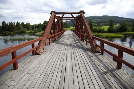 Zwischen Schweden und Norwegen geht es durch malerische Wälder und auch entlang über Brücken und Flüssen wie hier über die Vikbron.
