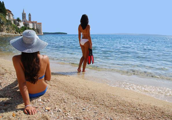 Kroatien Adriaküste gilt von jeher als Badeparadies. Traumstrände - wie hier auf der Insel Rab - und beste Wasserqualität zeichnen die Küste aus.