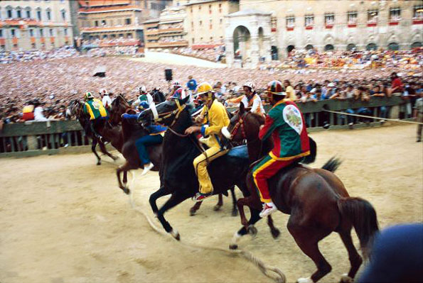 Jedes Jahr entfacht in Siena der Palio erneut den Wettkampf zwischen den Stadtvierteln und erhitzt die Gemüter. (Foto ENIT)