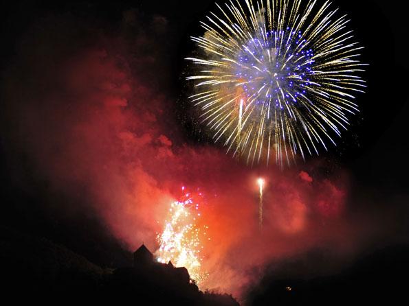 In ein grandioses Licht wird das fürstliche Schloss beim Feuerwerk anlässlich des Liechtensteiner Staatsfeiertages getaucht.