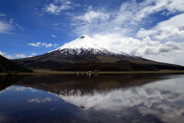 Der Cotopaxi zählt wegen seines perfekt symmetrischen Kegels und seinen 5.943 Metern Höhe zu den bekanntesten noch aktiven Vulkanen der Welt.
