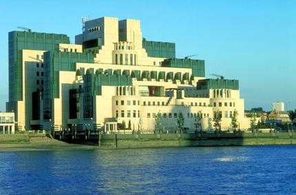 Direkt am Themseufer gelegen: Das Londoner Hauptquartier von MI6. (Foto: Visit Britain)