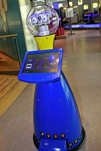 Ein ungewöhnlicher Museumfüher mit menschlichen Zügen: Roboter PETER. (Foto: Jan Braun/HNF)