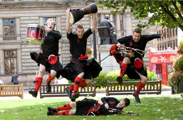 Dudelsackklänge gehören zu Glasgow wie der River Clyde. Neben Bands wie hier die Red Hot Chilli Pipers sind im August auch Dudelsackpfeifer aus aller Welt zu hören. (Foto: Visit Britain)