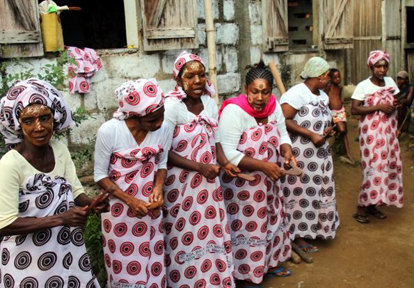 Im Dorf Marodoka führen Frauen mit traditionellen Kleider in die Geschichte und Kultur ihrer Heimat ein. (Foto: Karsten-Thilo Raab)