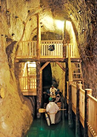 Wer will, kann die Tour in Bochnia noch ein Stück per Boot durch eine überflutete Kammer fortsetzen, bevor es durch den Schacht Campi wieder ans Tageslicht geht.