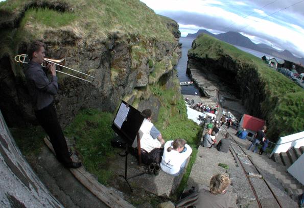 Im Sommer finden auf den Färöer-Inseln immer irgendwo Live-Konzerte statt - auch an den entlegendsten Orten.. (Foto: Philippe Carre)
