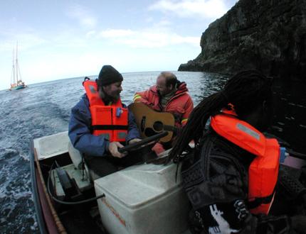 Musiker auf dem Weg zum Höhlenkonzert. (Foto: Philippe Carre)