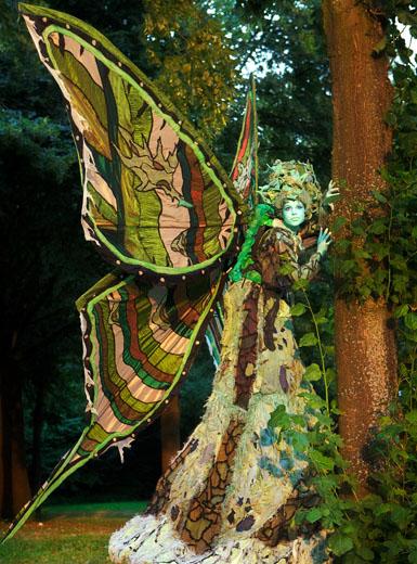 Bei den Gruselwanderungen tanzen beispielsweise zarte Elfen auf einer Lichtung und erdige Trolle springen hinter dem Gebüsch hervor. (Foto: Stelzentheater-Waldwesen)