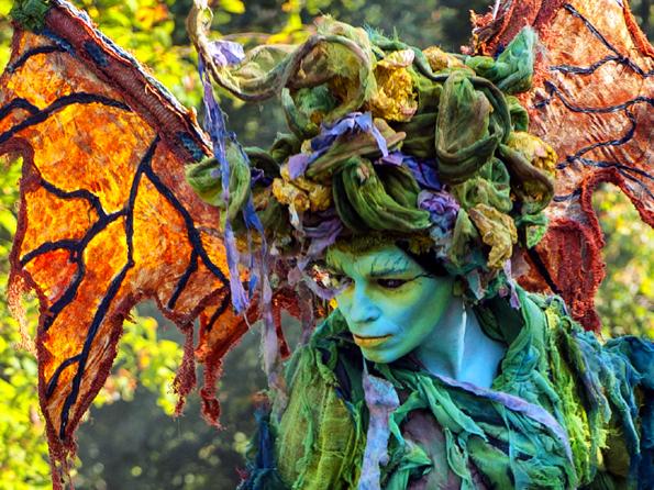 """Bei den Gruselwanderungen zeigen sich in diesem Jahr erstmals die spektakulären Waldwesen des """"Stelzen-Masken-Theaters Waldwesen"""". (Foto: Stelzentheater-Waldwesen)"""
