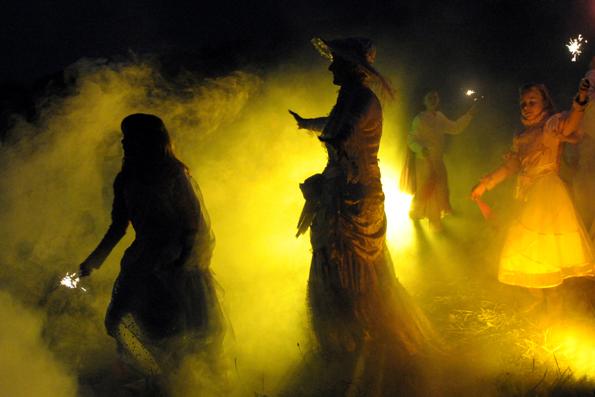 Zwei Tage lang schwärmen die Moorgeister in Graal-Müritz aus, um die kleinen und großen Menschen zu erschrecken, zu amüsieren und zu verzaubern. (Foto: Kurverwaltung Graal-Müritz)