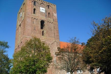 Der Störtebekerturm ist das Wahrzeichen der Region und beherbergt neben der Störtebeker-Kammer auch ein Museum. (Foto: Störtebekerland)