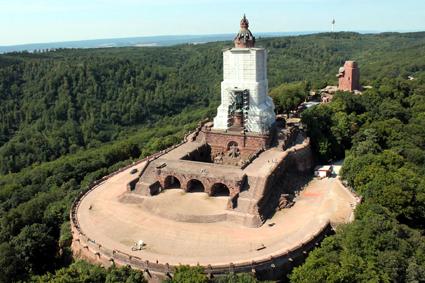 Das Kyffhäuserdenkmal wird derzeit restauriert - man kann allerdings dennoch hinaufklettern und einen Rundblick bis zum Brocken im Harz genießen. (Foto: TV Kyffhäuser)