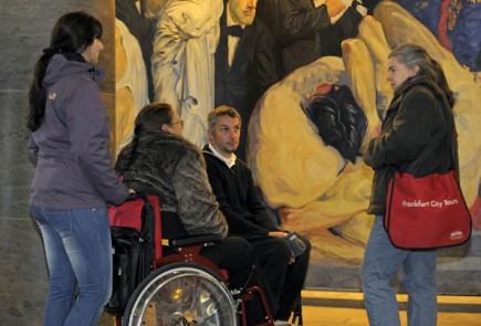 Ein stufenloser Nebeneingang an der Rückseite der Paulskirche sorgt dafür, dass auch Rollstuhlfahrer einfachen Zutritt haben. (Foto: Tourismus+Congress GmbH Frankfurt am Main)
