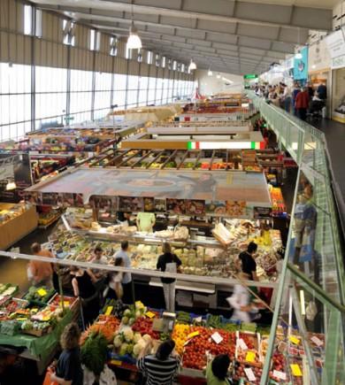 In der Frankfurter Kleinmarkthalle präsentieren von Montag bis Samstag mehr als 60 Händler frische Lebensmittel aller Art und aus aller Welt. (Foto: Tourismus+Congress GmbH Frankfurt am Main)