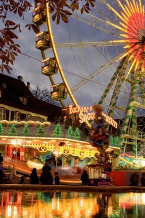 Bereits zum 543. Mal findet in diesem Jahr die Baseler Herbstmesse statt. Sichtbares Wahrzeichen ist das Riesenrad auf dem Münsterplatz. (Foto: Basel Tourismus)