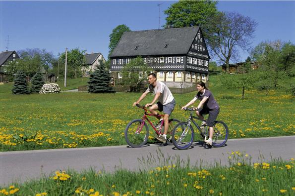 Radfahrer finden in der Oberlausitz ein wahres Paradies an ausgebauten und beschilderten Radwegen, auf denen sich die abwechslungsreiche Schönheit der Region erkunden lässt. (Foto: Hanke)