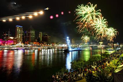 An den Ufern des Brisbane River steigt drei Wochen lang abendlich eine große Veranstaltung.