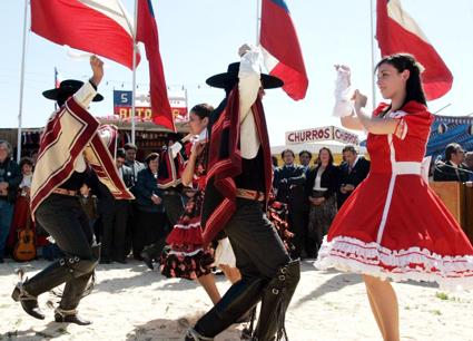 """Der nationale Volkstanz """"La Cueca"""" wird in traditionellen chilenischen Trachten vorgeführt."""