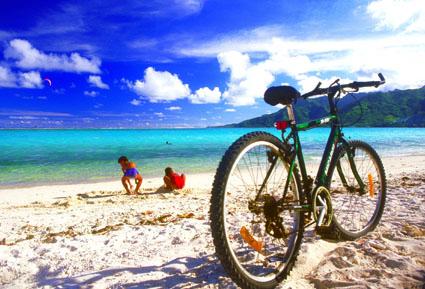 Inselromantik in Tahiti: Fahrrad am Strand. (Foto: Cécile Flipo)