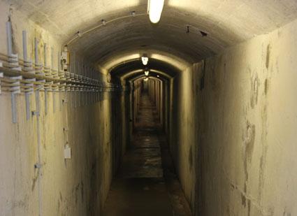Deprimierend und spannend zugleich: Der Gang durch die weit verzweigten Bunkeranlagen von Helgoland. (Foto: Karsten-Thilo Raab)