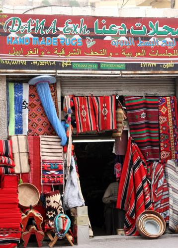 Teppiche und feine Stoffe werden neben Gewürzen in Jordanien hoch gehandelt. (Foto: Karsten-Thilo Raab)