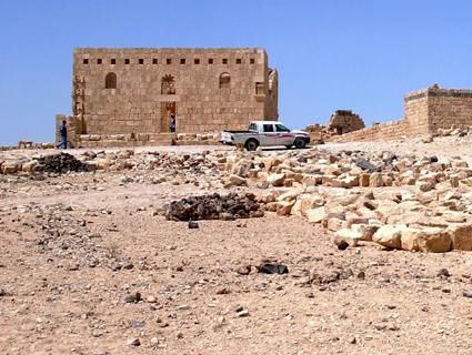 as Qasr al-Hallabat umfasst das eigentliche Schloss (Qasr), eine Moschee, einen riesigen Wasserspeicher, acht Zisternen sowie eine Gruppe von Häusern einfachster Bauart.