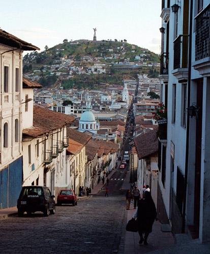 Blick auf die Altstadt von Quito mit Hügel Panecillo.