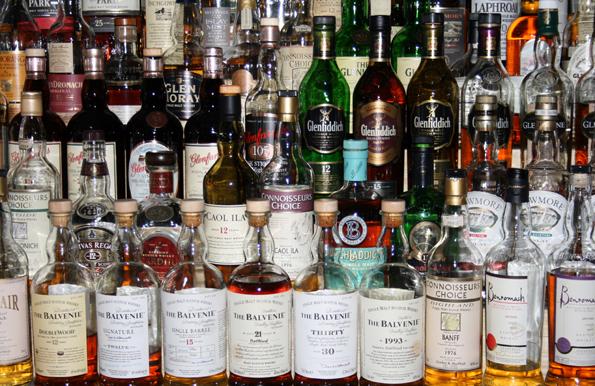 In Sachen Whisky haben Genießer nicht selten die Qual der Wahl., Mittlerweile sind sogar einige passable deutsche Whiskys auf dem Markt. (Foto: Karsten-Thilo Raab)