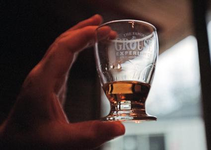 """Zum Besuch einer Destillerie gehört auch eine geschmacksprobe, das """"Tasting"""". (Foto Visit Britain)"""