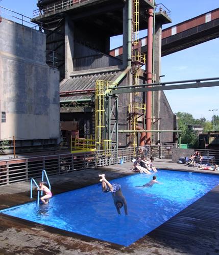 Schwimmspaß im Weltkulturerbe ermöglichen die Container des Werksschwimmbeckens. (Foto Rainer Halama)