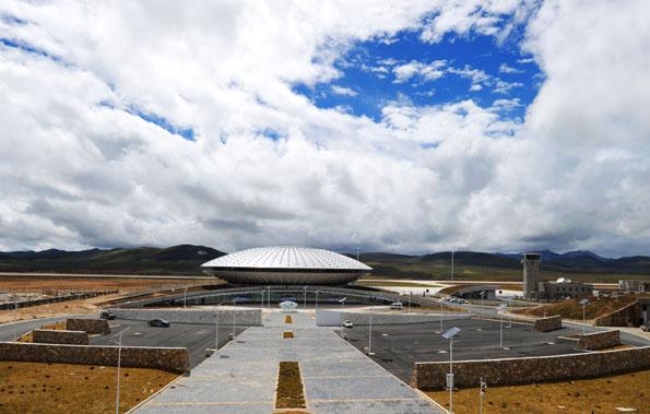 Gemahnt optisch an ein Ufo: Der Daocheng Yading Airport, der höchst gelegene Flughafen der Welt. (Foto: FVA China)