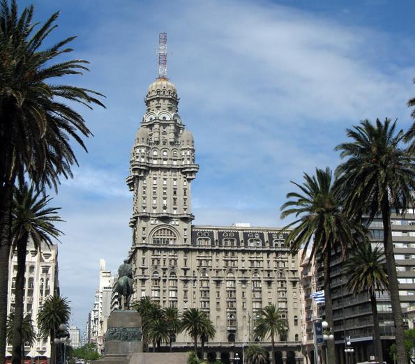 Der Palacio Salvo, das eigenwillige Wahrzeichen Montevideos. (Foto: Daniel A. Kempken)