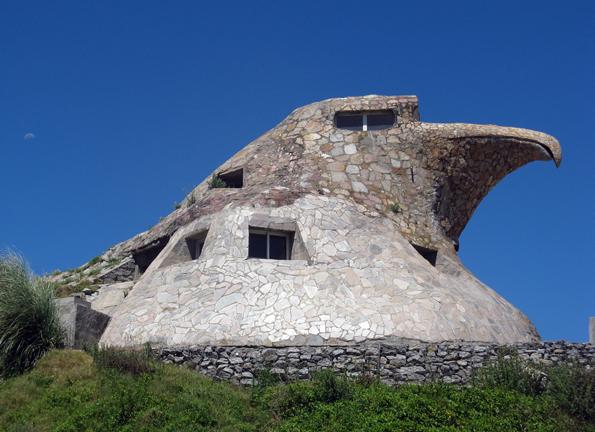 Der umstrittene Mogul Natalio Michelizzi beglückte den Strand von Atlántida mit einem bewohnbaren Adler aus Stein.