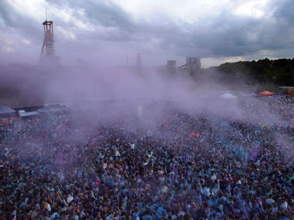 Farbwolken fliegen über die Festivalteilnehmer. (Foto: Tedda Roosen)