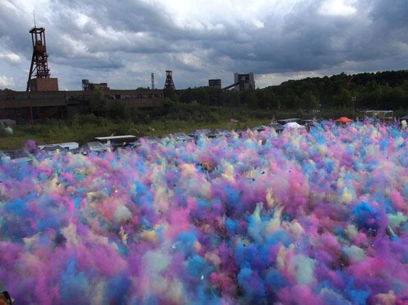 Weltkulturerbe im Farbenrausch: Das Holi Festival Of  Colours auf dem Gelände der Zeche Zollverein. (Foto: Tedda Roosen)