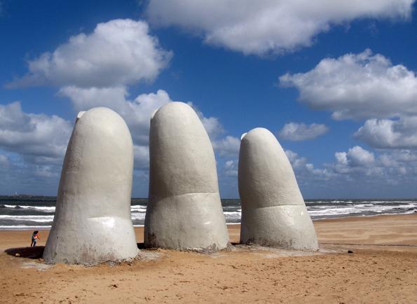Mehr als ein Fingerzeig: Die ungewöhnliche Skulptur am Strand von Punta del Este. (Foto: Daniel A. Kempken)