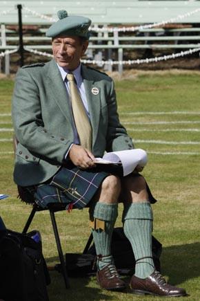 Für die Schiedsrichter in Braemar ist traditionelle Kleidung Pflicht. (Foto: Udo Haafke)