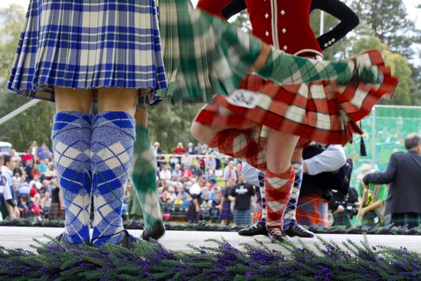 Jährlich einer der Höhepunkte im schottischen Veranstaltungskalender: Die Royal Highland Gathering in Braemar, wo immer ein Mitglied der Königsfamilie zugegen ist. (Foto: Udo Haafke)