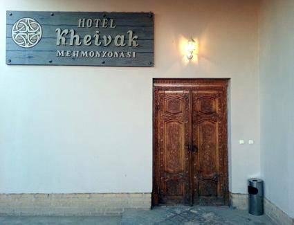 Schlicht und eher unauffällig der Eingang zum Hotel Malika Kheiwak. (Foto: Karsten-Thilo Raab)