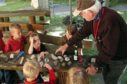 Kinder sind oft von Steinen fasziniert. Im Infozentrum erfahren sie, was es mit ihnen auf sich hat. (Foto: Vulkanpark)