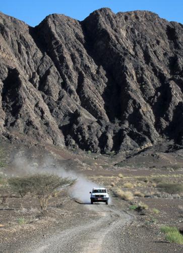 In den Steinwüsten Omans ist ein Geländewagen das beste Fortbewegungsmittel. (Foto: djd)