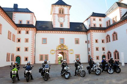 """Der Besuch von Schloss Augustusburg ist für Biker ein """"Muss"""", beherbergt es doch die bedeutendste Motorradsammlung Europas. (Foto: djd)"""