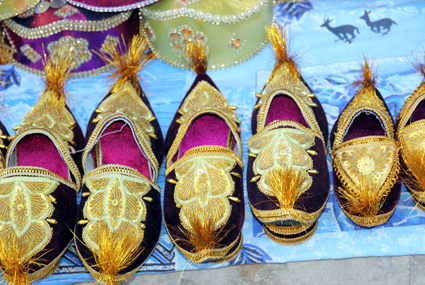 Orientalsiche Aladin-Treter werden überall in Chiwa feilgeboten. (Foto: Karsten-Thilo Raab)