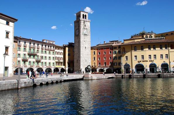 Der Apponale Wachturm mitten im Zentrum von Riva del Garda weist auf die Bedeutung der Stadt als Handels- und Marktzentrum hin. (Foto: Patrizia Matteotti)